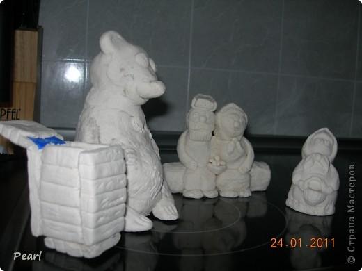 """В садике попросили придумать что-нибудь для инсценировки сказки """"Маша и Медведь"""". Долго думала, что бы такое изобразить. Решила сделать домик медведя, полянку и слепить фигуры из соленого теста. Домик сделала из коробки из-под обуви. Крыша из бумажных трубочек, мои дети сами потом ее красили гуашью. фото 12"""