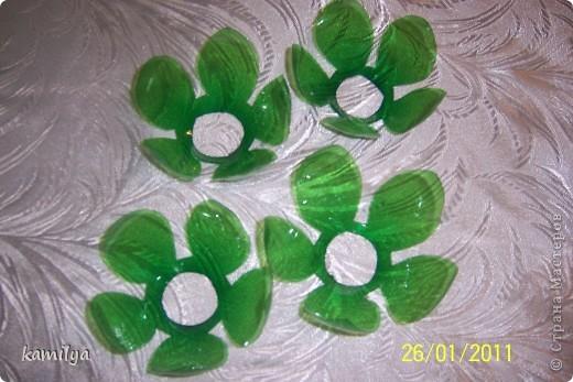 После изготовления шкатулок,осталось очень много горлышек и донышек от пластиковых бутылок,у тут родилась идея сделать комнатные цветочки.Вот что из этого вышло.Попробую вкратце объяснить,как я это делала. фото 4