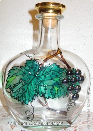 """Это результат новогодних каникул. Бутылки интересной формы  расписала немецкими красками по стеклу. """"Виноградинки"""" купила в отделе аквариумистики. фото 3"""