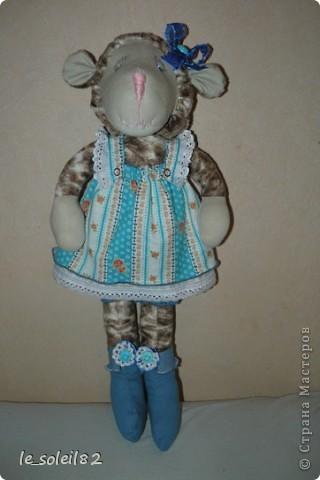 Овечка сшита из искусственного меха, чем то напоминающий мех овцы. Платье сшито из бязи. Лямки на кнопках. фото 1