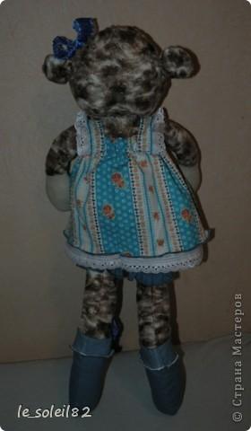 Овечка сшита из искусственного меха, чем то напоминающий мех овцы. Платье сшито из бязи. Лямки на кнопках. фото 2
