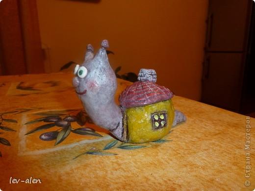 Улитка со своим домиком с черепичной крышей. фото 14