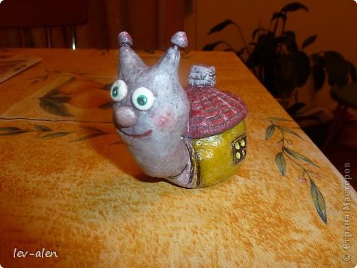 Улитка со своим домиком с черепичной крышей. фото 15