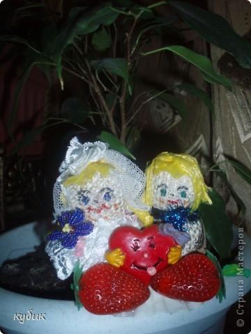 сделала вот такой любовный оберег:)))куклы приклеены на ракушку как островок, вообще ракушка- женская красота., женский символ, куклы из мешковины, сердечко-любовь, у девочки-косы, клубничка, чтоб жизнь сладкой была, она еще с запахом:)) цветочек из бисера. фото 2