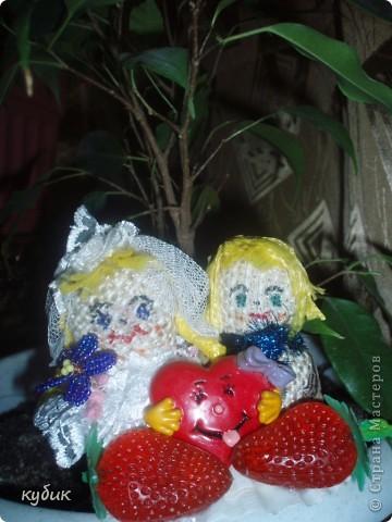 сделала вот такой любовный оберег:)))куклы приклеены на ракушку как островок, вообще ракушка- женская красота., женский символ, куклы из мешковины, сердечко-любовь, у девочки-косы, клубничка, чтоб жизнь сладкой была, она еще с запахом:)) цветочек из бисера. фото 3