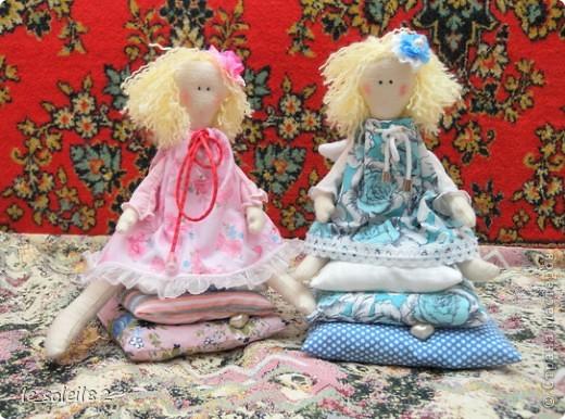 Куколки сшиты из белой фланели крашенной в кофе. Платья и подушки из ситца и бязи. фото 1