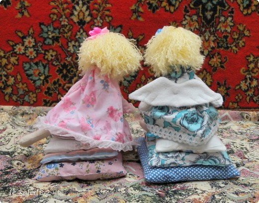 Куколки сшиты из белой фланели крашенной в кофе. Платья и подушки из ситца и бязи. фото 2