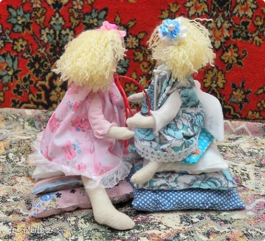 Куколки сшиты из белой фланели крашенной в кофе. Платья и подушки из ситца и бязи. фото 3