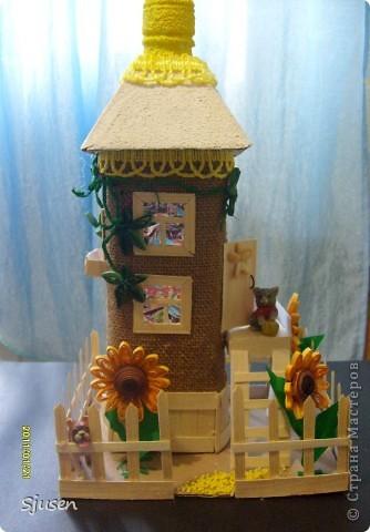 Так понравилось делать мельницу из бутылки http://stranamasterov.ru/node/141437  , что решила смоделировать еще и домик.  Вот какой особняк у меня получился))  фото 1