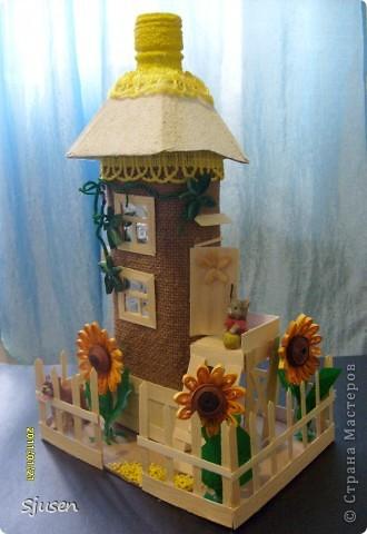 Так понравилось делать мельницу из бутылки http://stranamasterov.ru/node/141437  , что решила смоделировать еще и домик.  Вот какой особняк у меня получился))  фото 2