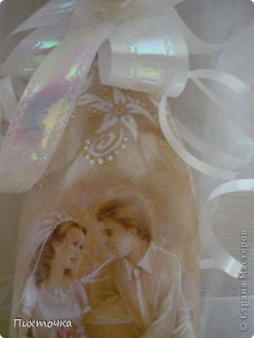 Моя первая свадебная бутылочка и! Это декупаж: открытка, подрисовка акриловыми красками, лак.  Бокалы - декор атласной тесьмой. фото 2