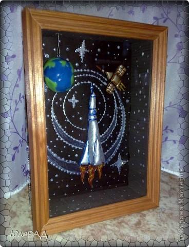 """Вот такая картина получилась доченьке в школу))) Объёмная рамка, ракета и спутник из солёного теста......раскрашены гуашью, акриловыми красками. Планета Земля из самозатвердевающей массы для лепки, сверху покрыта лаком...........подвешена к """"потолку"""" картины за леску. Если рамку качнуть, то Земля вращается))) фото 1"""