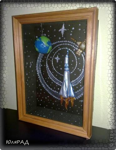 """Вот такая картина получилась доченьке в школу))) Объёмная рамка, ракета и спутник из солёного теста......раскрашены гуашью, акриловыми красками. Планета Земля из самозатвердевающей массы для лепки, сверху покрыта лаком...........подвешена к """"потолку"""" картины за леску. Если рамку качнуть, то Земля вращается))) фото 2"""