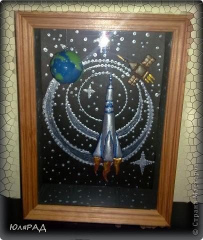 """Вот такая картина получилась доченьке в школу))) Объёмная рамка, ракета и спутник из солёного теста......раскрашены гуашью, акриловыми красками. Планета Земля из самозатвердевающей массы для лепки, сверху покрыта лаком...........подвешена к """"потолку"""" картины за леску. Если рамку качнуть, то Земля вращается))) фото 3"""