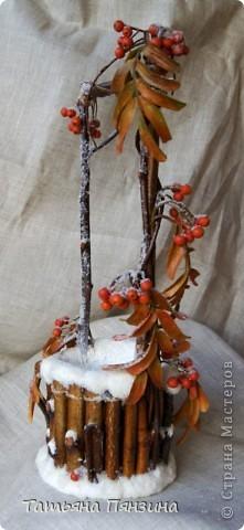 Рябина из полимерной глины, по составу близкой к холодному фарфору. Колодец природные материалы и искусственный снег фото 1