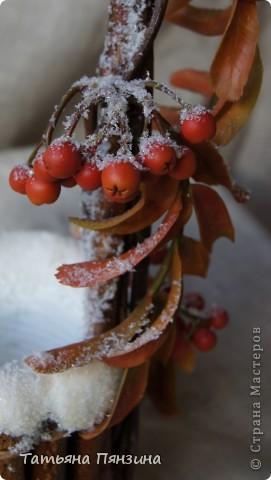 Рябина из полимерной глины, по составу близкой к холодному фарфору. Колодец природные материалы и искусственный снег фото 3