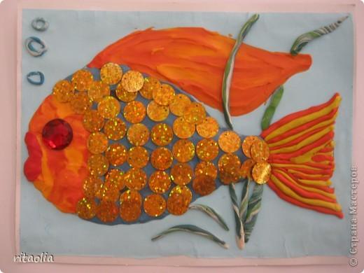 """Вот такая золотая рыбка, выполненная по книге Г.Н. Давыдовой """"Дизайн для детей. Пластилинография"""", заплыла к нам сегодня. фото 1"""