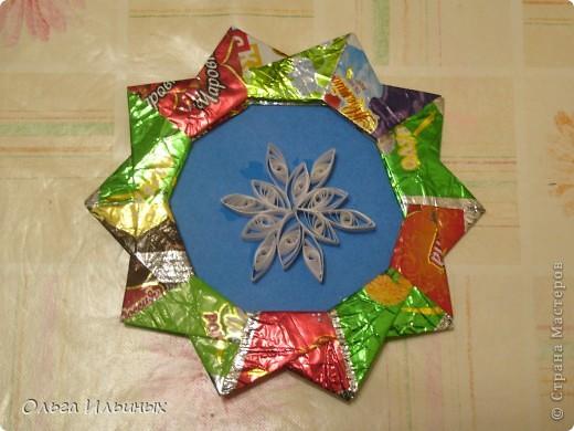 Снежинка - квилинг, рамочка - оригами из фантиков. фото 1