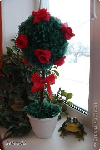 Дерево с красными цветочками.