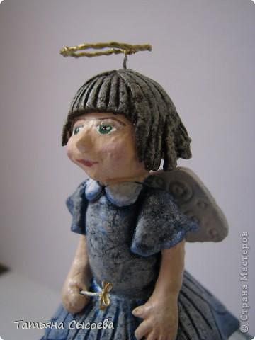 Из остатков теста появилась вот такая девочка. Планировался либо ангел, либо фея, но т.к. фигурка создавалась в несколько приемов, то на одном из них случился перегруз атрибутов... Вот теперь думаю - отрезать нимб или отнять палочку... фото 2