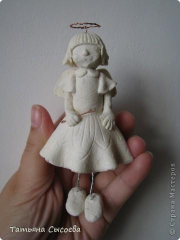 Из остатков теста появилась вот такая девочка. Планировался либо ангел, либо фея, но т.к. фигурка создавалась в несколько приемов, то на одном из них случился перегруз атрибутов... Вот теперь думаю - отрезать нимб или отнять палочку... фото 5
