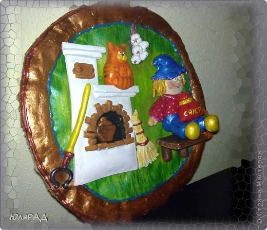 Решила родителям сделать сюрприз.............такого маленького домовёночка))) Можно было в рамку его, но я подумала, что на такой лепёшке лучше))) Сама я родом из Ташкента и там считается на счастье вешать лепёшку на стену. Так что у меня здесь два в одном: домовёнок и лепёха))) фото 3