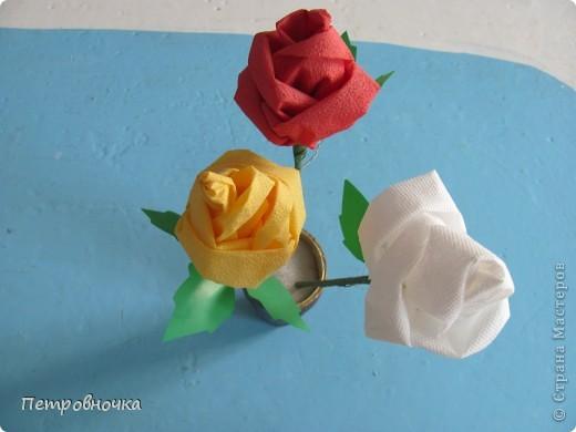 Небольшой МК по изготовлению роз из салфеток. Скоро 8 марта. А цветы нынче дорогие, а эти не дорого и красиво и не вянут. Кстати подставку для цветов сделали в технике квиллинга. Покрасили бумажный стаканчик темным лаком. внутрь вставили пенопласт и воткнули розы. Его можно еще декупажем оформить.  фото 2