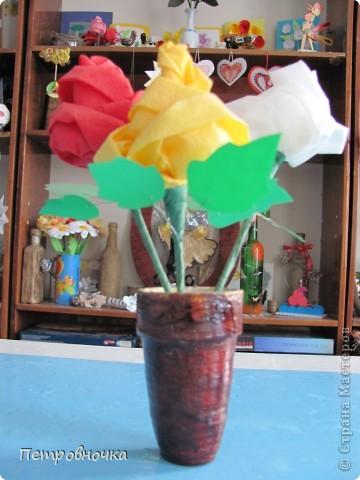 Небольшой МК по изготовлению роз из салфеток. Скоро 8 марта. А цветы нынче дорогие, а эти не дорого и красиво и не вянут. Кстати подставку для цветов сделали в технике квиллинга. Покрасили бумажный стаканчик темным лаком. внутрь вставили пенопласт и воткнули розы. Его можно еще декупажем оформить.  фото 1