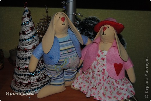 К праздникам шила и дарила кукол, вам судить как получились, но одариваемые остались довольны :)    На Новый год малышам-погодкам (девочке и мальчику) подарила зайчишек. фото 1