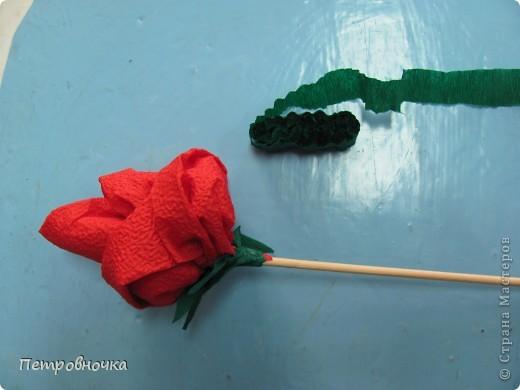 Небольшой МК по изготовлению роз из салфеток. Скоро 8 марта. А цветы нынче дорогие, а эти не дорого и красиво и не вянут. Кстати подставку для цветов сделали в технике квиллинга. Покрасили бумажный стаканчик темным лаком. внутрь вставили пенопласт и воткнули розы. Его можно еще декупажем оформить.  фото 11