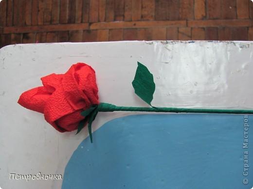 Небольшой МК по изготовлению роз из салфеток. Скоро 8 марта. А цветы нынче дорогие, а эти не дорого и красиво и не вянут. Кстати подставку для цветов сделали в технике квиллинга. Покрасили бумажный стаканчик темным лаком. внутрь вставили пенопласт и воткнули розы. Его можно еще декупажем оформить.  фото 12