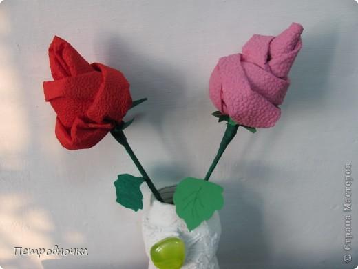 Небольшой МК по изготовлению роз из салфеток. Скоро 8 марта. А цветы нынче дорогие, а эти не дорого и красиво и не вянут. Кстати подставку для цветов сделали в технике квиллинга. Покрасили бумажный стаканчик темным лаком. внутрь вставили пенопласт и воткнули розы. Его можно еще декупажем оформить.  фото 13