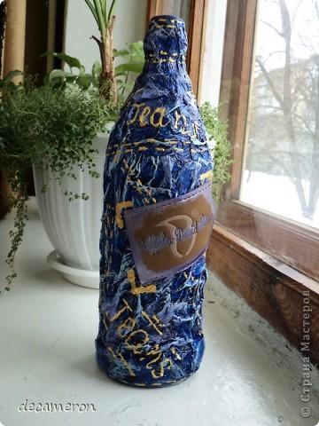 Бутылка оклеена туал. бумагой, окрашена краской синего, свтело-голубого и цвета маджента. Бирочка с джинсов. фото 3