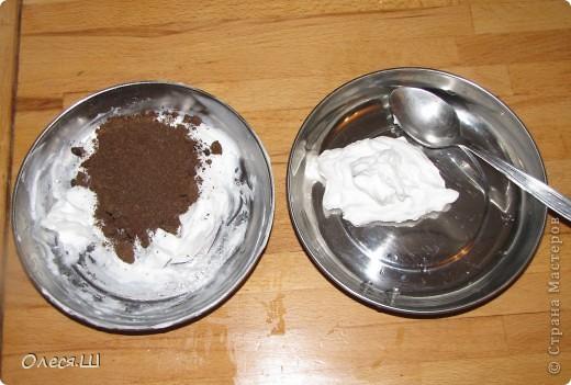 Здравствуйте! Хочу поделиться с вами рецептом скраба. Я его делаю на кремовой мыльной основе с добавлением скрабящего элемента( сахар, мак, кофе натурального и т.д.), глин по желанию для цвета, ЭМ или ароматизаторов, БМ. Сегодня хочу сделать скраб каппучино с кофе. Итак беру 100 гр мыльной основы и разминаю её вилкой, что бы не было комочков. фото 4