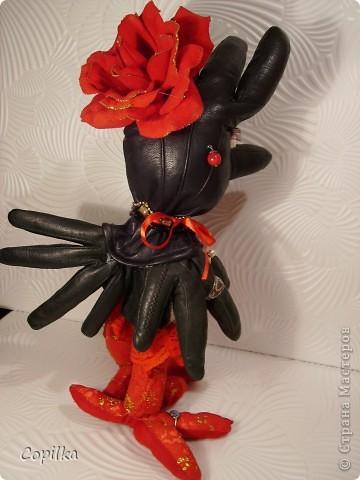 Наконец - то я смогла сшить куклу,которую хотела сшить давным давно!У меня просто не хватало......одной кожаной перчатки!На мою Кларочку нужно было 4 кожаных перчатки (бывает же что люди теряют и кожаные перчатки),и вот сегодня мне принесли ещё одну!УРА!!!! фото 3