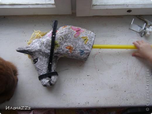 Лошадка на палочке из папье-маше. Сделать ее легко и просто из бросового материала фото 7