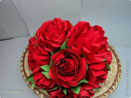 Букетик красных розочек.Получился спонтанно хотела сделать шар из роз  да времени не хватает,вот наконец- то красные появились . фото 1