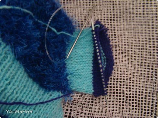 Измеряем шею, высчитываем плотность вязания,( у меня 3 петли на 1 см ) Начинаем вязать с воротничка.  ДОВЯЗАВ ДО ОБЛАСТИ ОШЕЙНИКА, ДЕЛАЕМ ПРИБАВКИ НА ГРУДЬ, по 2 петли в каждом втором ряду - 1 в начале и 1 в конце ряда. Прибавляем до тех пор, пока не начнем вывязывать дырочки для перед. лап. фото 7