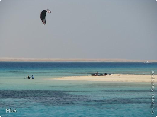 В июне 2010 ездили с мужем отдыхать в Египет. Взяли экскурсию на остров Тобиа, это было просто замечательно. Вода прозрачная настолько, что видишь все даже если большая глубина, а песок на острове ... ну просто сказка. Плавали с маской, кораллы очень близко к поверхности воды и куча разных рыбок)) фото 1