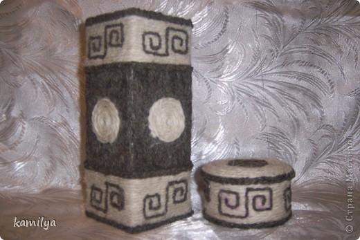 после коробок Олисандры,захотелось хоть какую-то,но обклеить коробочку.попалась коробка из под сока,решила сделать вазу типа этно,и к ней шкатулочку из бобины от скотча. фото 1