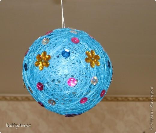 Вот такого замечательного зайчика мы сделали в подарок моей маме, которой очень понравились наши шары из ниток. фото 5