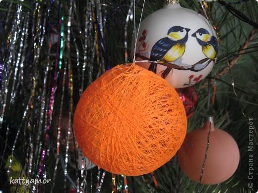 Вот такого замечательного зайчика мы сделали в подарок моей маме, которой очень понравились наши шары из ниток. фото 3
