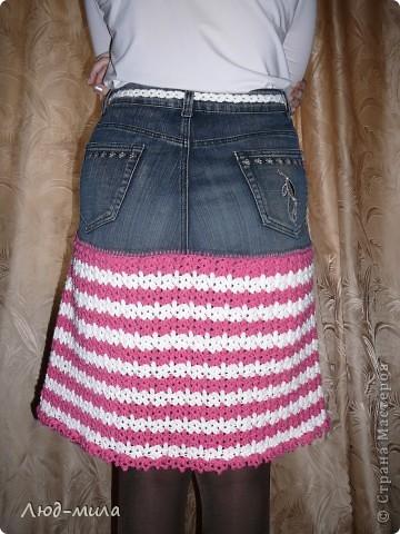Идею юбки увидела в интернете. Старые джинсы обрезаются, остается пояс и карманы. Юбка довязывается снизу до нужной длинны. фото 3