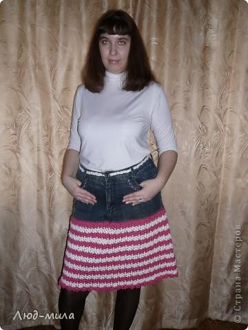 Идею юбки увидела в интернете. Старые джинсы обрезаются, остается пояс и карманы. Юбка довязывается снизу до нужной длинны. фото 1