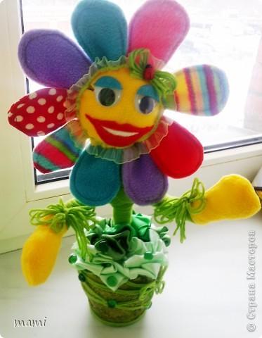 Всем, кто зашёл в гости хорошего настроения. Это Цветик, сшит на скорую руку ко Дню рождения, использовала остатки флиса, горшочек, нить шерстяную и ленты!!! фото 6