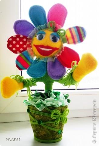 Всем, кто зашёл в гости хорошего настроения. Это Цветик, сшит на скорую руку ко Дню рождения, использовала остатки флиса, горшочек, нить шерстяную и ленты!!! фото 5