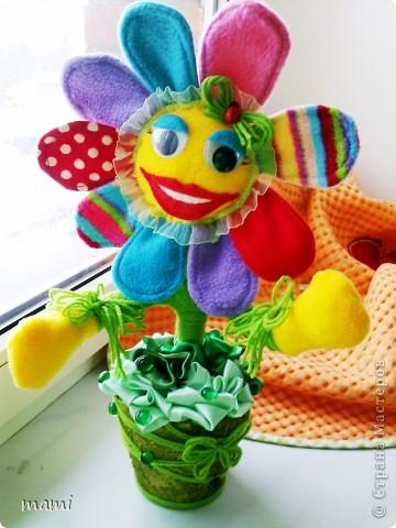 Всем, кто зашёл в гости хорошего настроения. Это Цветик, сшит на скорую руку ко Дню рождения, использовала остатки флиса, горшочек, нить шерстяную и ленты!!! фото 4