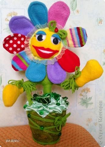 Всем, кто зашёл в гости хорошего настроения. Это Цветик, сшит на скорую руку ко Дню рождения, использовала остатки флиса, горшочек, нить шерстяную и ленты!!! фото 1