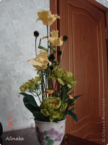 """Добрый день! Очень нравятся мне цветочные композиции, продаваемые в магазинах, но уж очень они дорогие там. И решила я тогда сама смастерить данную композицию. Стоимость аналогичной композиции в интернете составляет 2300руб., мои затраты составили 400руб. Экономия на лицо.Композиция состоит из: 3 желтых  искусственных ириса, 2 салатовых искусственных пиона, 2 салатовых искусственных цветка гортензии, 2 живых ствола бамбука, 2 ветки коричневые шарики сухоцвета от эхиноцеи (засушенные с дачи), сухие мандариновые  кольца на зеленных шпажках. Бамбук посадила в горшок с землей, все  искусственные цветы и зелень """"смонтировала"""" в сам горшок. И получилась такая красота, которая украшает сейчас мою кухню!))) Спасибо, что заглянули. Желаю всем удачи и творческих успехов! фото 3"""