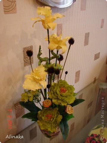 """Добрый день! Очень нравятся мне цветочные композиции, продаваемые в магазинах, но уж очень они дорогие там. И решила я тогда сама смастерить данную композицию. Стоимость аналогичной композиции в интернете составляет 2300руб., мои затраты составили 400руб. Экономия на лицо.Композиция состоит из: 3 желтых  искусственных ириса, 2 салатовых искусственных пиона, 2 салатовых искусственных цветка гортензии, 2 живых ствола бамбука, 2 ветки коричневые шарики сухоцвета от эхиноцеи (засушенные с дачи), сухие мандариновые  кольца на зеленных шпажках. Бамбук посадила в горшок с землей, все  искусственные цветы и зелень """"смонтировала"""" в сам горшок. И получилась такая красота, которая украшает сейчас мою кухню!))) Спасибо, что заглянули. Желаю всем удачи и творческих успехов! фото 2"""